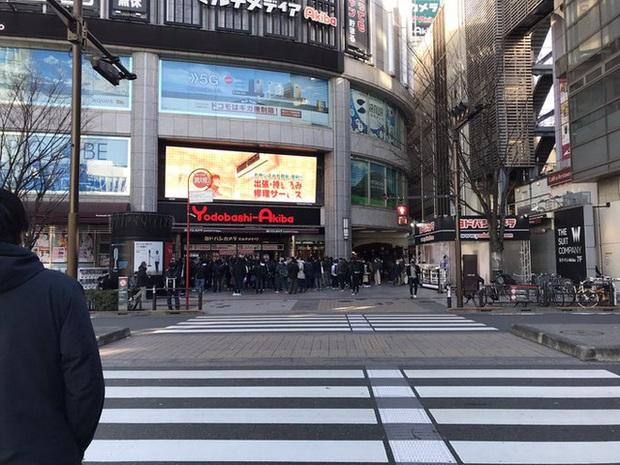 Bất chấp Covid-19, game thủ Nhật vẫn chen nhau đi mua PS5 - Ảnh 1.