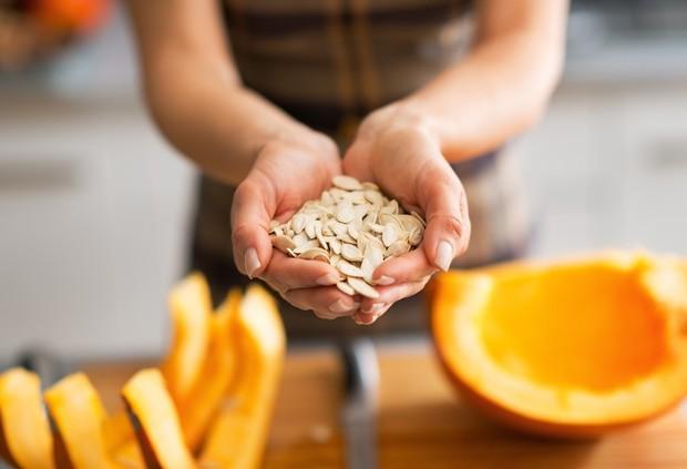 3 điều cần nhớ khi cắn hạt bí ngày Tết để không gây ảnh hưởng tới sức khỏe - Ảnh 2.