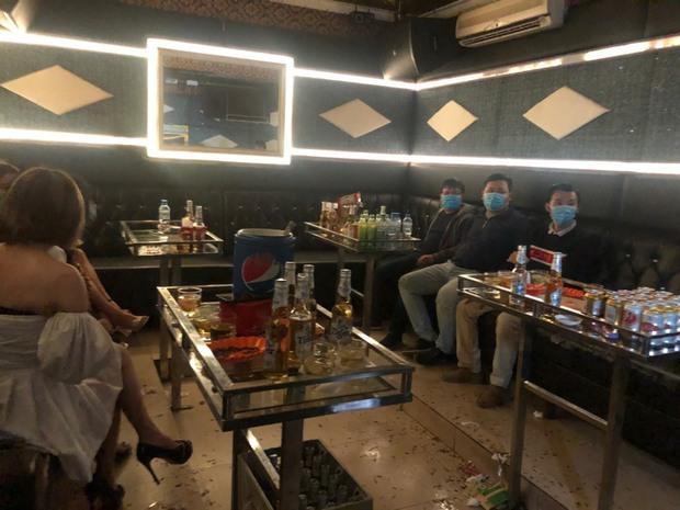 Quảng Ninh: 6 khách hát cùng 6 tay vịn bị đưa đi cách ly vì hát karaoke chui giữa dịch Covid-19 - Ảnh 2.