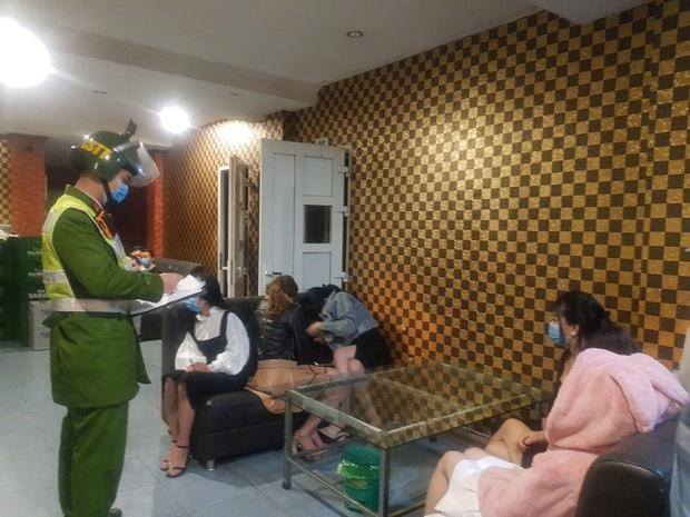 Quảng Ninh: 6 khách hát cùng 6 tay vịn bị đưa đi cách ly vì hát karaoke chui giữa dịch Covid-19 - Ảnh 1.
