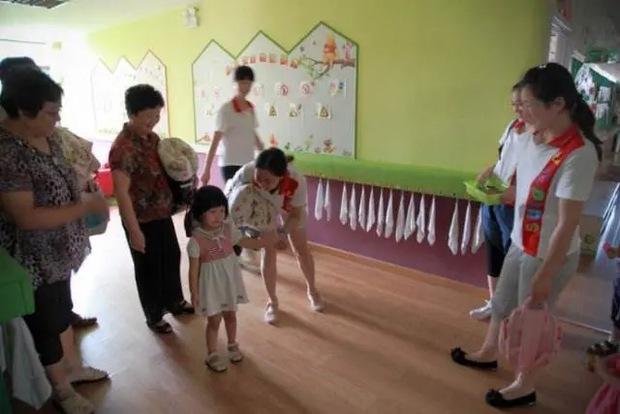 Bà mẹ đến lớp làm ầm ĩ vì con bị mất đồ trong ngày đầu đi học, cô giáo lẳng lặng làm 1 việc khiến phụ huynh này cúi mặt xấu hổ - Ảnh 1.