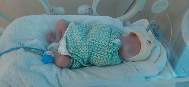Thương tâm: Bé sơ sinh bị bỏ rơi ở Hà Nội ngày 29 Tết - Ảnh 1.