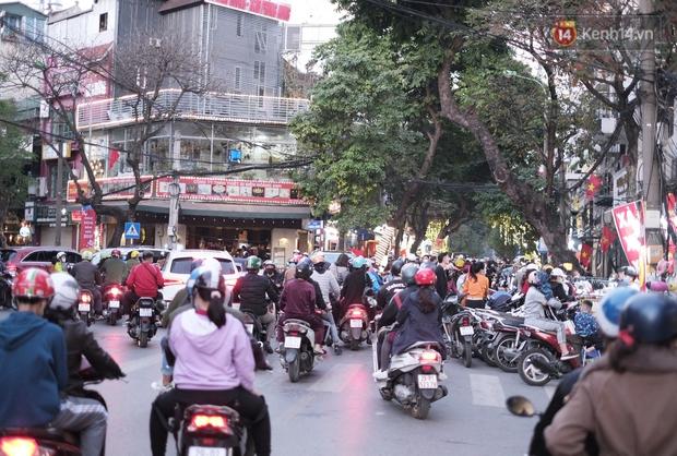 Chùm ảnh: Người dân Hà Nội đeo khẩu trang đi mua sắm chiều 29 Tết, đường phố nhộn nhịp hơn hẳn mọi khi - Ảnh 1.