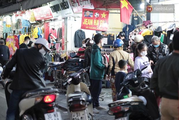 Chùm ảnh: Người dân Hà Nội đeo khẩu trang đi mua sắm chiều 29 Tết, đường phố nhộn nhịp hơn hẳn mọi khi - Ảnh 4.