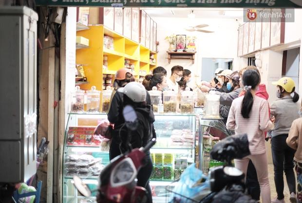 Chùm ảnh: Người dân Hà Nội đeo khẩu trang đi mua sắm chiều 29 Tết, đường phố nhộn nhịp hơn hẳn mọi khi - Ảnh 5.