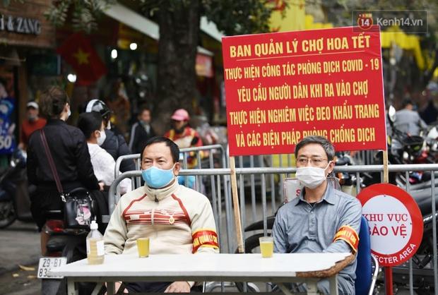Chùm ảnh: Người dân Hà Nội đeo khẩu trang đi mua sắm chiều 29 Tết, đường phố nhộn nhịp hơn hẳn mọi khi - Ảnh 7.