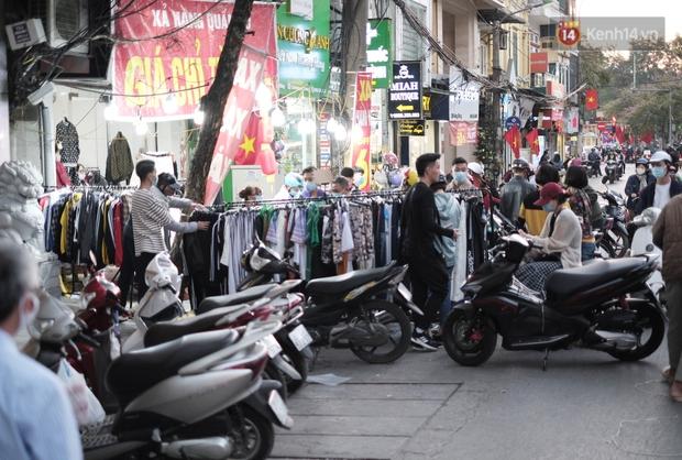 Chùm ảnh: Người dân Hà Nội đeo khẩu trang đi mua sắm chiều 29 Tết, đường phố nhộn nhịp hơn hẳn mọi khi - Ảnh 2.