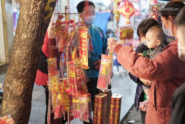 Chùm ảnh: Người dân Hà Nội đeo khẩu trang đi mua sắm chiều 29 Tết, đường phố nhộn nhịp hơn hẳn mọi khi - Ảnh 6.