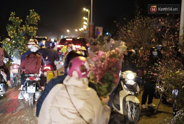 Chùm ảnh: Người dân Hà Nội đeo khẩu trang đi mua sắm chiều 29 Tết, đường phố nhộn nhịp hơn hẳn mọi khi - Ảnh 12.