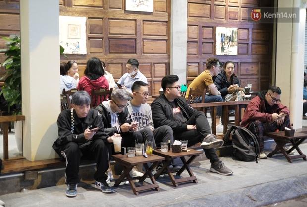 Chùm ảnh: Người dân Hà Nội đeo khẩu trang đi mua sắm chiều 29 Tết, đường phố nhộn nhịp hơn hẳn mọi khi - Ảnh 9.