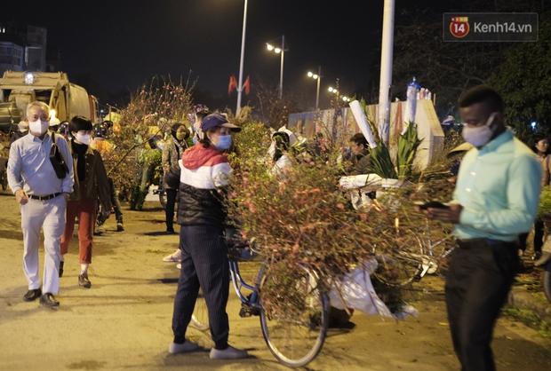 Chùm ảnh: Người dân Hà Nội đeo khẩu trang đi mua sắm chiều 29 Tết, đường phố nhộn nhịp hơn hẳn mọi khi - Ảnh 11.