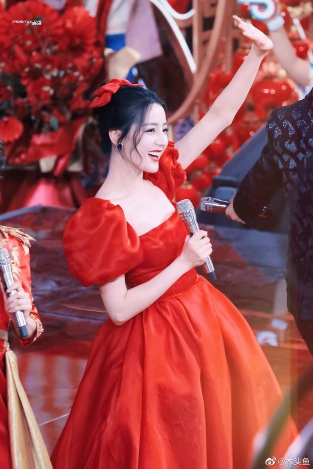 """""""Sốt xình xịch"""" loạt ảnh Địch Lệ Nhiệt Ba tại Gala đón Tết: Góc nghiêng xuất sắc, visual đỉnh như công chúa Disney - Ảnh 7."""