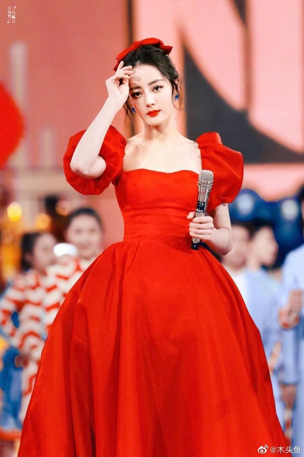 """""""Sốt xình xịch"""" loạt ảnh Địch Lệ Nhiệt Ba tại Gala đón Tết: Góc nghiêng xuất sắc, visual đỉnh như công chúa Disney - Ảnh 2."""