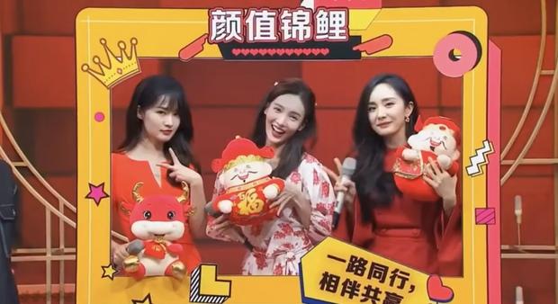 3 nữ thần đọ sắc chung khung hình trong show Tết: Dương Mịch đằm thắm nhưng vẫn lép vế bên tình cũ Dương Dương - Ảnh 2.