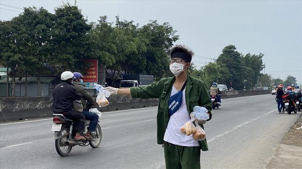 Dễ thương như người miền Tây: Cả nhà cùng nhau đứng bên đường, tặng bánh và nước miễn phí cho người lao động về quê ăn Tết - Ảnh 5.