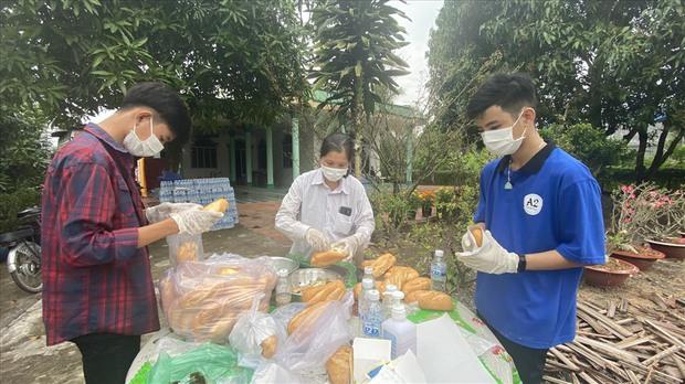 Dễ thương như người miền Tây: Cả nhà cùng nhau đứng bên đường, tặng bánh và nước miễn phí cho người lao động về quê ăn Tết - Ảnh 6.