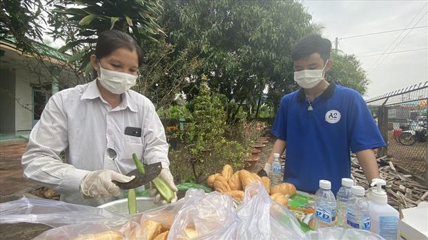 Dễ thương như người miền Tây: Cả nhà cùng nhau đứng bên đường, tặng bánh và nước miễn phí cho người lao động về quê ăn Tết - Ảnh 7.