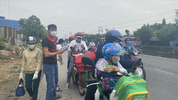 Dễ thương như người miền Tây: Cả nhà cùng nhau đứng bên đường, tặng bánh và nước miễn phí cho người lao động về quê ăn Tết - Ảnh 8.
