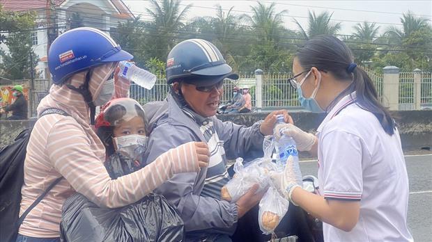 Dễ thương như người miền Tây: Cả nhà cùng nhau đứng bên đường, tặng bánh và nước miễn phí cho người lao động về quê ăn Tết - Ảnh 9.