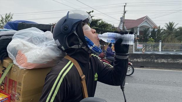 Dễ thương như người miền Tây: Cả nhà cùng nhau đứng bên đường, tặng bánh và nước miễn phí cho người lao động về quê ăn Tết - Ảnh 10.