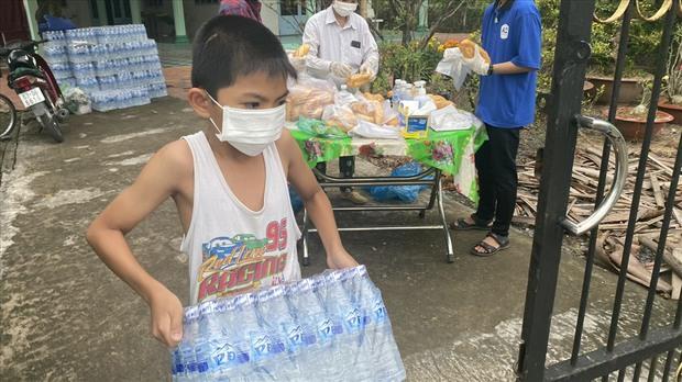 Dễ thương như người miền Tây: Cả nhà cùng nhau đứng bên đường, tặng bánh và nước miễn phí cho người lao động về quê ăn Tết - Ảnh 11.
