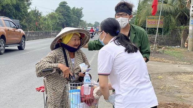 Dễ thương như người miền Tây: Cả nhà cùng nhau đứng bên đường, tặng bánh và nước miễn phí cho người lao động về quê ăn Tết - Ảnh 14.