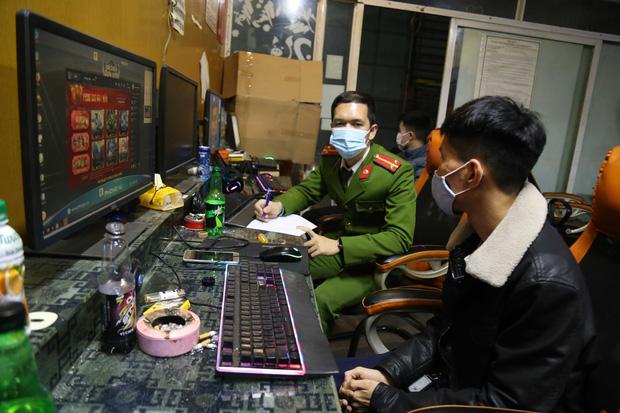 Quảng Ninh: 7 nam thanh niên chơi game online không đeo khẩu trang bị đưa đi cách ly tập trung  - Ảnh 1.