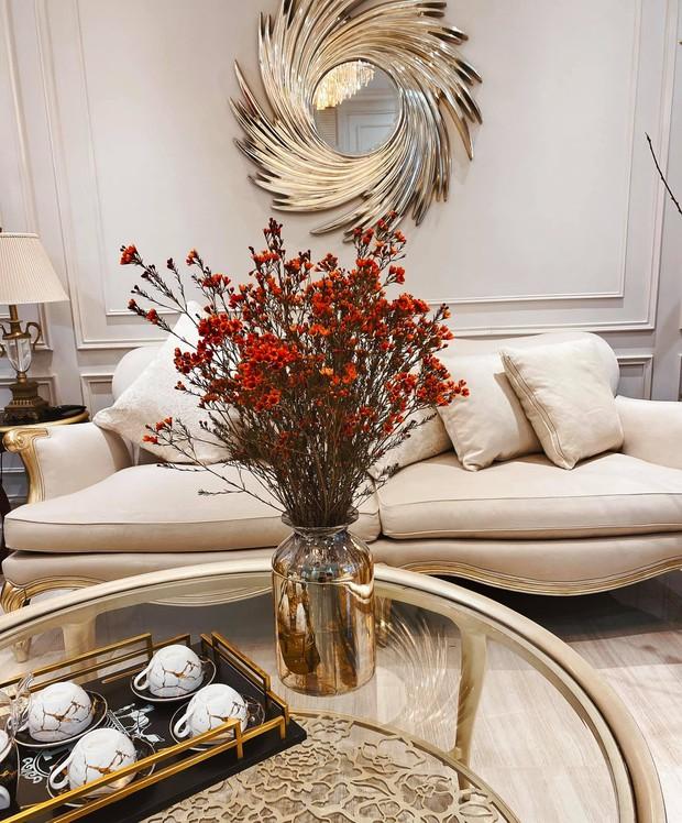 Tết ngắm biệt thự đầy hoa của nữ CEO 9X: Góc nào cũng lung linh, các loại hoa đều được đặt mua từ sớm - Ảnh 4.