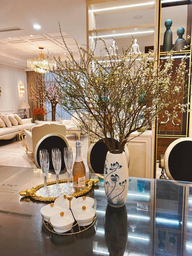 Tết ngắm biệt thự đầy hoa của nữ CEO 9X: Góc nào cũng lung linh, các loại hoa đều được đặt mua từ sớm - Ảnh 5.