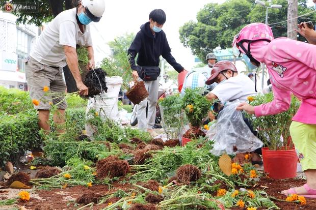 ẢNH: Sau khi tiểu thương ở Sài Gòn vứt bỏ hoa ế, nhiều người dân tranh thủ đến xin đất, lượm hoa mang về trưa 30 Tết - Ảnh 5.