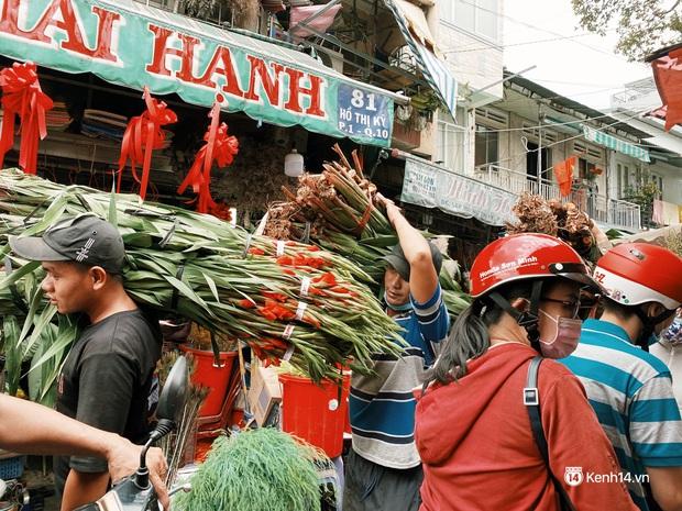 Sài Gòn 30 Tết mua sắm gì chỉ cần đi vội 2 ngôi chợ lâu đời này là đủ: Độc lạ nhất là bánh lựu cầu duyên, mua về hết ế luôn và ngay! - Ảnh 16.