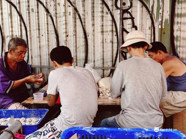 Sài Gòn 30 Tết mua sắm gì chỉ cần đi vội 2 ngôi chợ lâu đời này là đủ: Độc lạ nhất là bánh lựu cầu duyên, mua về hết ế luôn và ngay! - Ảnh 6.