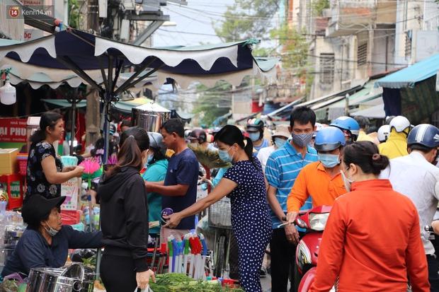 Các chợ dân sinh ở Sài Gòn đông nghẹt sáng 30 Tết, người dân tranh thủ gom hàng ngày cuối năm - Ảnh 7.