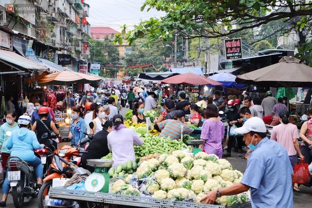 Các chợ dân sinh ở Sài Gòn đông nghẹt sáng 30 Tết, người dân tranh thủ gom hàng ngày cuối năm - Ảnh 3.