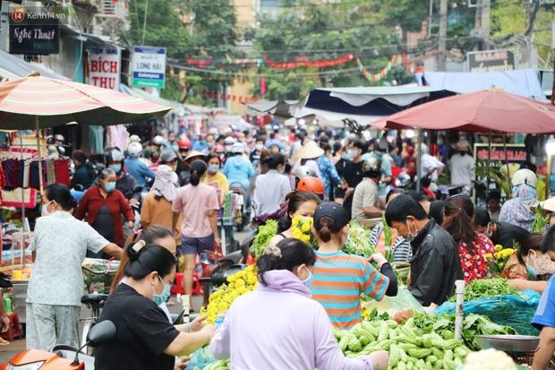 Các chợ dân sinh ở Sài Gòn đông nghẹt sáng 30 Tết, người dân tranh thủ gom hàng ngày cuối năm - Ảnh 9.