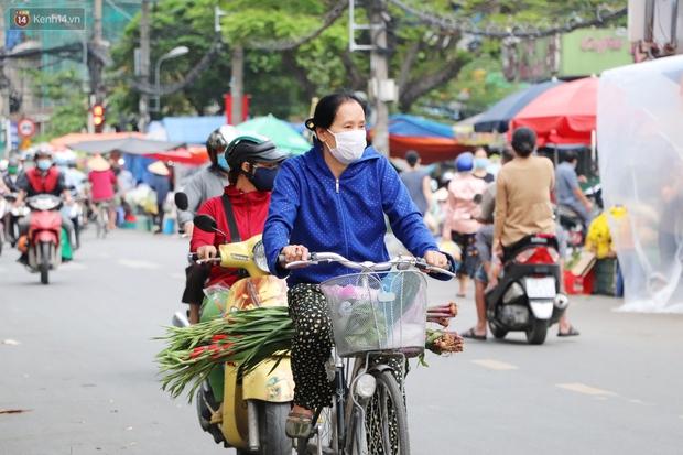 Các chợ dân sinh ở Sài Gòn đông nghẹt sáng 30 Tết, người dân tranh thủ gom hàng ngày cuối năm - Ảnh 5.