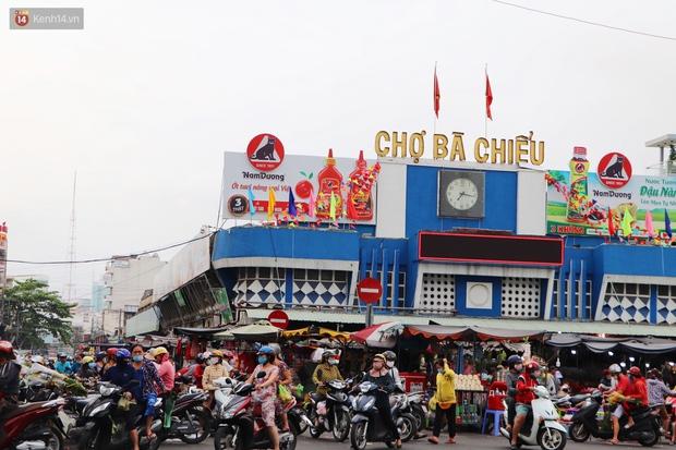 Các chợ dân sinh ở Sài Gòn đông nghẹt sáng 30 Tết, người dân tranh thủ gom hàng ngày cuối năm - Ảnh 1.