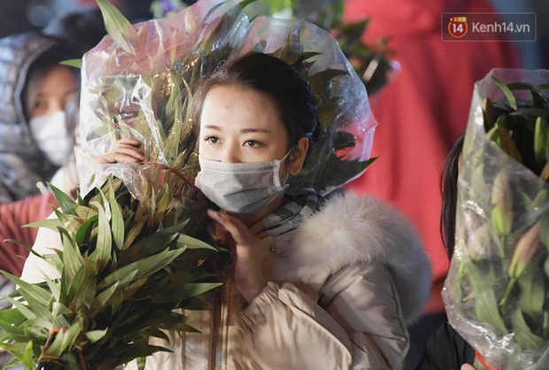 Sáng sớm 30 Tết, biển người chen chân tại chợ đầu mối hoa Quảng An lựa mua hoa - Ảnh 6.