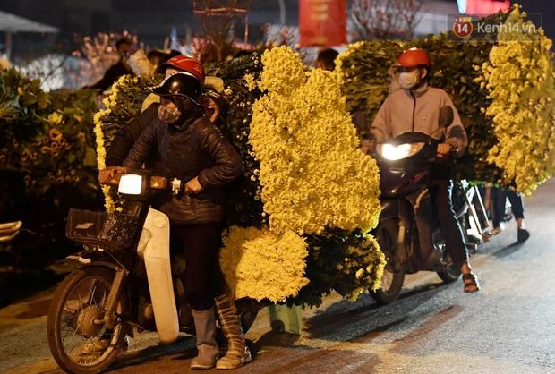 Sáng sớm 30 Tết, biển người chen chân tại chợ đầu mối hoa Quảng An lựa mua hoa - Ảnh 12.