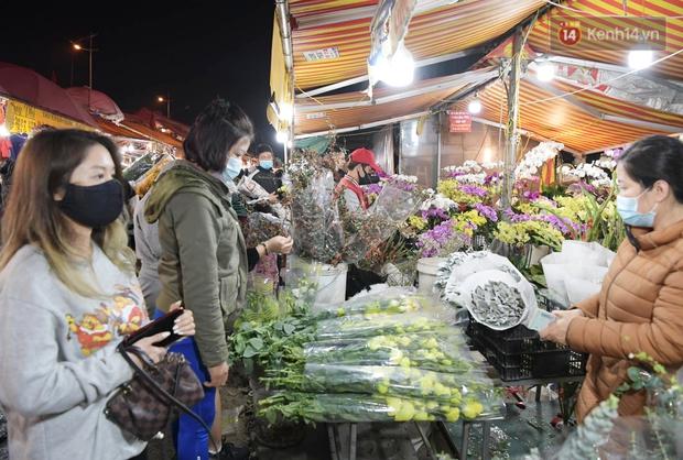 Sáng sớm 30 Tết, biển người chen chân tại chợ đầu mối hoa Quảng An lựa mua hoa - Ảnh 9.