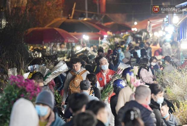 Sáng sớm 30 Tết, biển người chen chân tại chợ đầu mối hoa Quảng An lựa mua hoa - Ảnh 3.