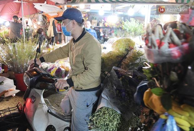 Sáng sớm 30 Tết, biển người chen chân tại chợ đầu mối hoa Quảng An lựa mua hoa - Ảnh 14.