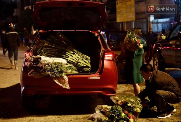 Sáng sớm 30 Tết, biển người chen chân tại chợ đầu mối hoa Quảng An lựa mua hoa - Ảnh 13.