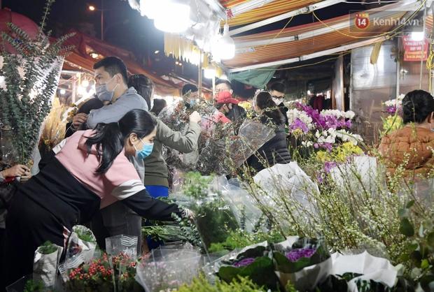 Sáng sớm 30 Tết, biển người chen chân tại chợ đầu mối hoa Quảng An lựa mua hoa - Ảnh 2.
