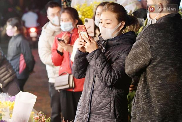 Sáng sớm 30 Tết, biển người chen chân tại chợ đầu mối hoa Quảng An lựa mua hoa - Ảnh 5.
