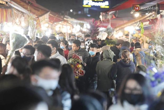 Sáng sớm 30 Tết, biển người chen chân tại chợ đầu mối hoa Quảng An lựa mua hoa - Ảnh 10.