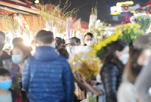 Sáng sớm 30 Tết, biển người chen chân tại chợ đầu mối hoa Quảng An lựa mua hoa - Ảnh 11.