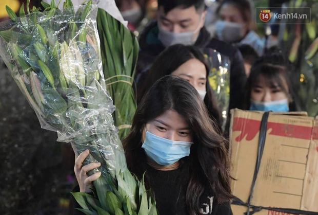 Sáng sớm 30 Tết, biển người chen chân tại chợ đầu mối hoa Quảng An lựa mua hoa - Ảnh 7.