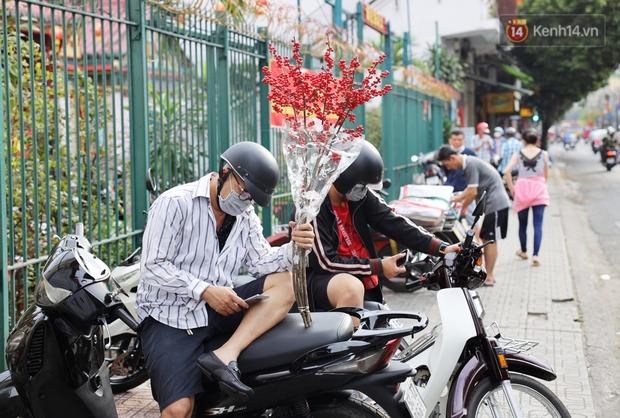 Các chợ dân sinh ở Sài Gòn đông nghẹt sáng 30 Tết, người dân tranh thủ gom hàng ngày cuối năm - Ảnh 13.