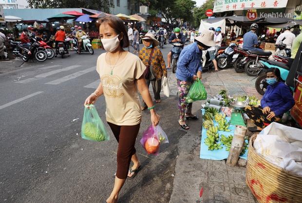 Các chợ dân sinh ở Sài Gòn đông nghẹt sáng 30 Tết, người dân tranh thủ gom hàng ngày cuối năm - Ảnh 12.